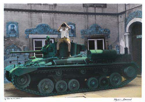 0boy on tank © Elizabeth Lennard